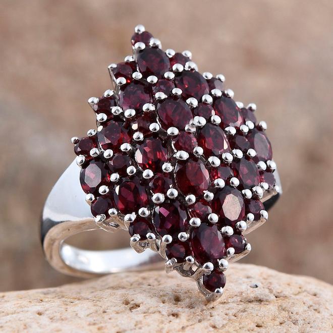 Камень гранат женщине козерогу обеспечит успех в любовных делах.