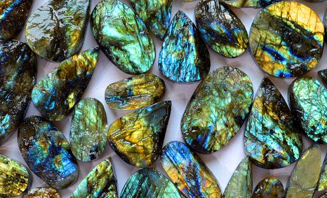 Лабрадорит – камень, который обладает уникальной расцветкой и магическими свойствами.