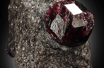 Альмандин – камень, обладающий уникальной красотой.