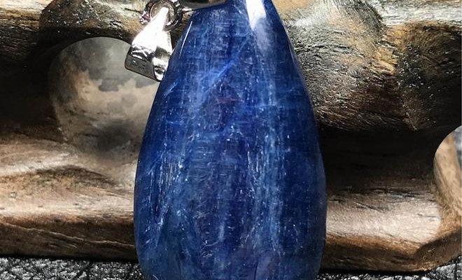 Кианит – камень, который достаточно редко встречается в ювелирных магазинах.