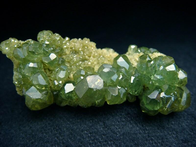 Камень Демантоид